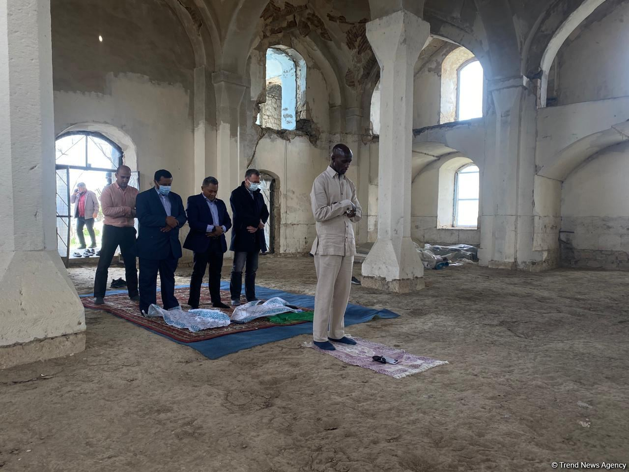 OIC reps pray in Juma Mosque during visit to Azerbaijan's Aghdam district